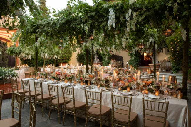 Secret garden style decor for elegant wedding tables decor