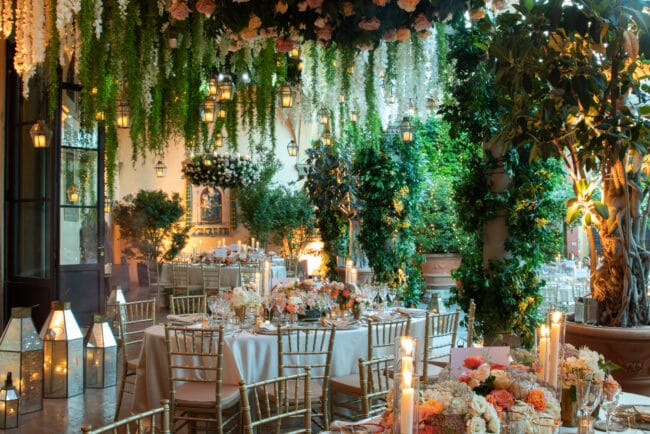 Hidden garden style decor for an exclusive wedding in Italy