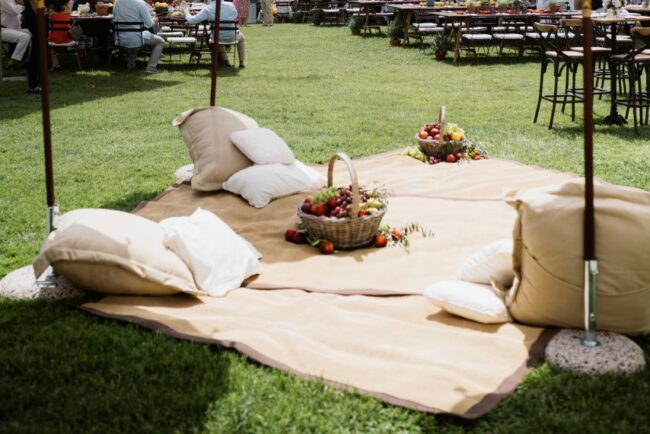 Blankets and cushions for a brunch in Italy