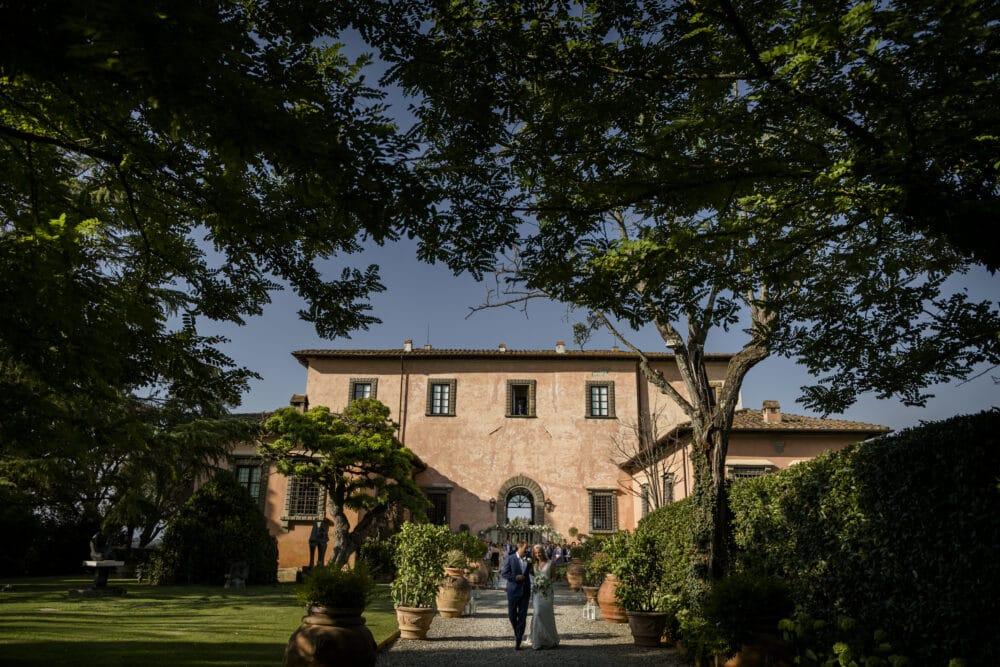 elegant villa wedding italy bride and groom