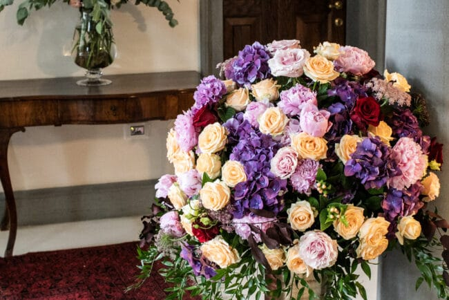 Flower decors for the villa entrance in Tuscany