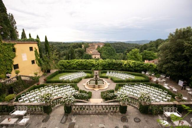Outdoor wedding organized in a borgo in Tuscany