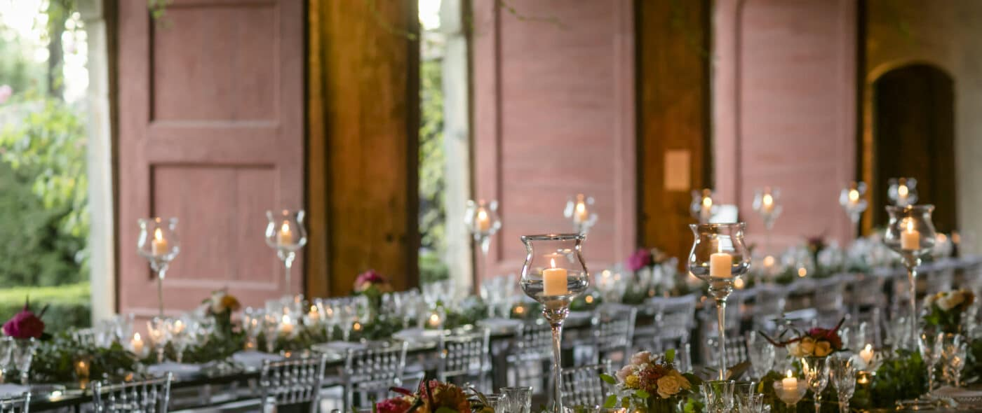 Wedding decor with mirror tables in the Lucca wedding villa