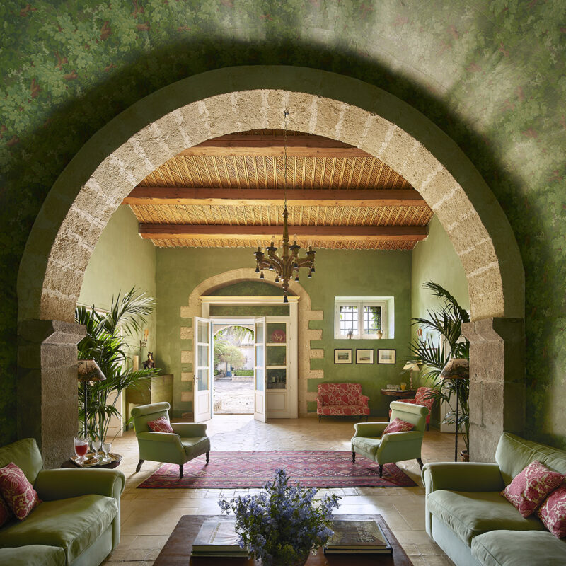 Living room with green details in a Sicilian location