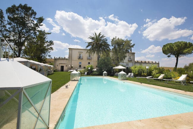 Swimmingpool with total view of the wedding villa