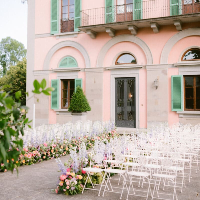 Romantic outdoor ceremony in a villa in Tuscany