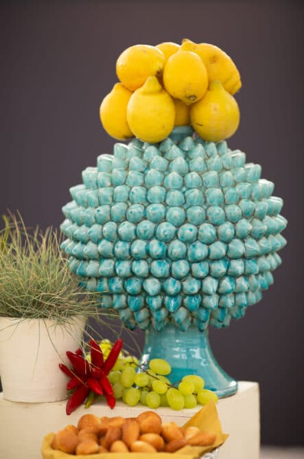 Blue ceramic with lemons to decor a wedding brunch in Italy