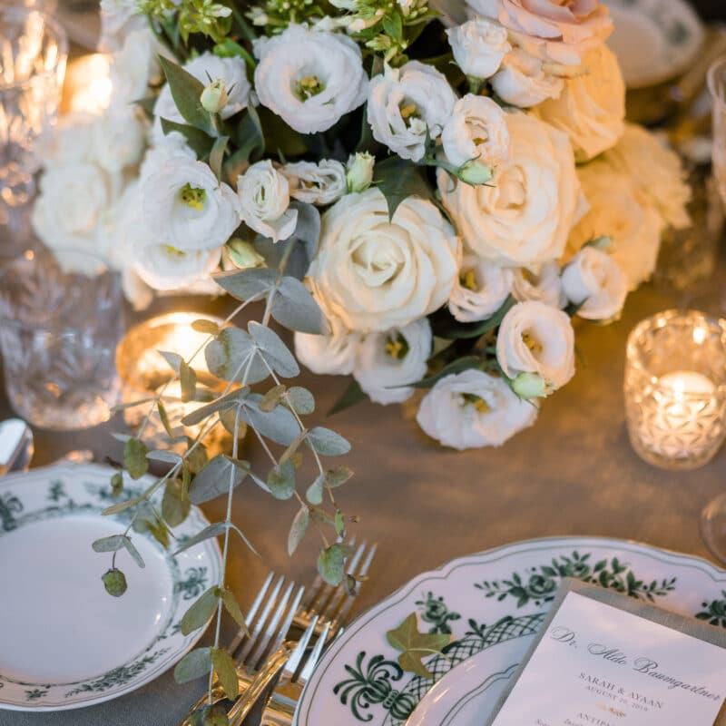 Table decor with ivory and pale rose flowers and candles