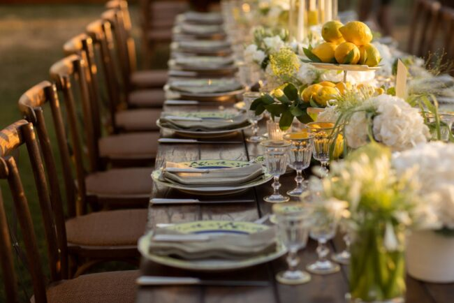 Italian party: decors with white flowers and lemon plants