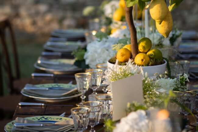 Table decors with lemons detail
